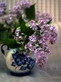 Gzhelskoj vas som målas med lila lilor Arkivfoto