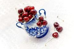 Gzhelskoj vas som målas med röda körsbär Fotografering för Bildbyråer