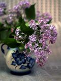 Gzhelskojvaas met lilac purple wordt geschilderd die Stock Foto