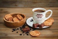 Há cookies, doces, ervilhas do chocolate, papoila; Pires da porcelana e tampão com Coffe, alimento doce saboroso no fundo de made Foto de Stock Royalty Free