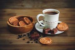 Há cookies, doces, ervilhas do chocolate, papoila; Pires da porcelana e tampão com Coffe, alimento doce saboroso no fundo de made Fotos de Stock