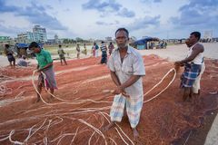Há muitos do pescador que trabalha no chaktai khal, cidade de Chittagong Fotos de Stock