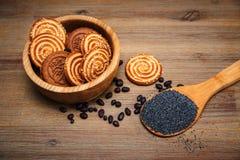 Há umas partes de rolo com poppyseed, cookies, Halavah, ervilhas do chocolate, alimento doce saboroso no fundo de madeira Foto de Stock