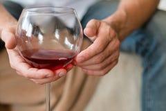 Hábito del hombre del abuso de la relajación del alcohol de la buena mañana imágenes de archivo libres de regalías