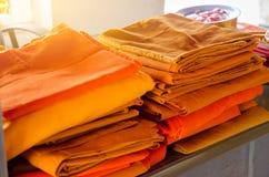 Hábitos amarillos, hábitos amarillos para el monje imagen de archivo libre de regalías