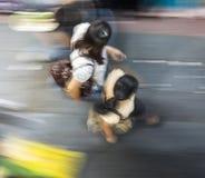 Hâte de personnes le long du trottoir Photos libres de droits