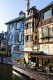 Häuser und ihre Äußeren in romantischem Colmar in Frankreich während der Winterzeit lizenzfreies stockfoto