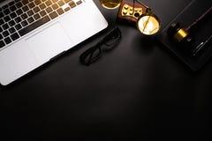 Hölzerner Schreibtisch des Gesetzesthemas, Bücher, Balance Getrennt auf weißem background stockfoto