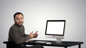 Hübscher Geschäftsmann, der in camera schaut und auf Steigungshintergrund spricht lizenzfreie stockbilder