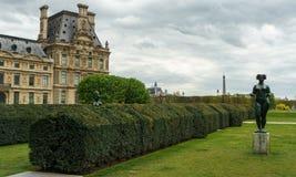 Häck och staty i Les Jardin des Tuileries i Paris Frankrike Fotografering för Bildbyråer