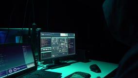 Häcker, die Server unter Verwendung der mehrfachen Computer und angesteckten Virus ransomware brechen Internetkriminalität, Techn stock video