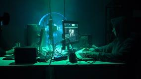 Häcker, die Server unter Verwendung der mehrfachen Computer und angesteckten Virus ransomware brechen Internetkriminalität, Techn stock video footage