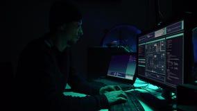 Häcker, die Server unter Verwendung der mehrfachen Computer und angesteckten Virus ransomware brechen Internetkriminalität, Infor stock video