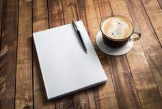 Häfte, blyertspenna och kaffe royaltyfria bilder