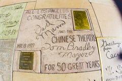Häften av Ted Mann och Tom Bradley framme av den kinesiska teatern för TCL i Los Angeles royaltyfria bilder