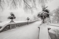 Häftig snöstorm i Central Park Pilbågebro som täckas i snö, NYC Arkivbilder
