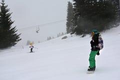 Häftig snöstorm på skidalutningen arkivbilder