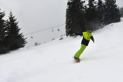 Häftig snöstorm på skidalutningen royaltyfria bilder