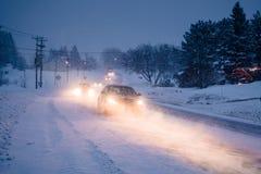 Häftig snöstorm på vägen under en kall vinterafton i Kanada royaltyfri fotografi