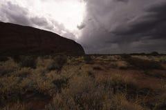 Häftiga regnet att närma sig Uluru i eftermiddagen royaltyfri foto
