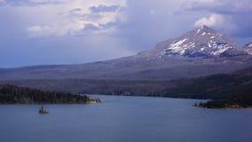 Häftigt regn över St Mary Lake & skiljelinjeberget Royaltyfria Bilder