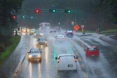 Häftigt regnpendlingssträcka arkivbilder