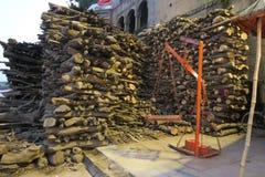 Häftklammer av trä i Varanasi som är klar till att brännas arkivfoton