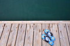 Häftklammermatarebrygga på stranden vid havet Royaltyfria Foton