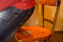 Häftstift på stolen Vad det betyder, om du har dåliga avsikter Dåligt folk, dåliga avsikter Royaltyfri Bild