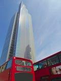 Hägertorn och röd London buss Royaltyfri Fotografi