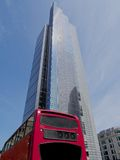 Hägertornet och röda London bussar, staden av London Arkivfoto
