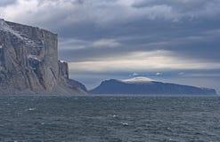 Hägringklippor i en is- fjord Arkivbilder