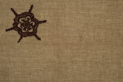 Häkelarbeit Doily-/spitze auf Leinenhintergrund Stockbild