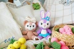 Häkelarbeitpuppen ein netter Teddybär und ein Osterhase amigurumi Puppe lizenzfreie stockfotografie