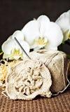 Häkeln Sie Arbeit, Stränge des Garns u. weiße Orchideen Lizenzfreie Stockfotos