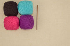 Häkeln Sie Baumwollgarne mit Häkelnadel auf Leinenhintergrund Lizenzfreie Stockbilder