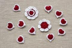 Häkeln Sie gestrickte Blumen und Herzen für Valentinsgrußtag Stockfotos