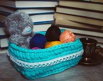 Häkeln Sie Korb mit Bällen des Garns und des Teddybären stockfotos