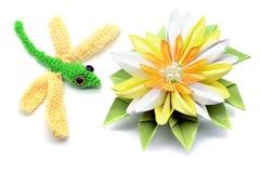 Häkeln Sie Libelle und Seerosepapierorigami auf dem lokalisierten Weiß Lizenzfreie Stockfotos