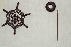 Häkelspitze mit Häkelnadel und Wolle Stockfotografie