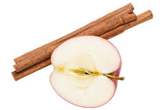 Hälft av ett äpple och kanelsticks royaltyfria foton