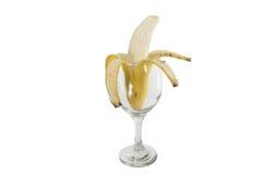 Hälfte abgezogene Banane im Glas Lizenzfreie Stockfotografie