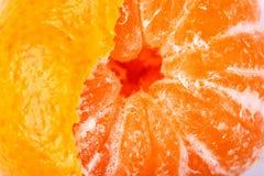 Hälfte abgezogene Mandarine stockbild