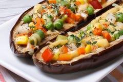Hälfte backte die Auberginen, die mit Gemüse und Käse angefüllt wurden Lizenzfreie Stockbilder