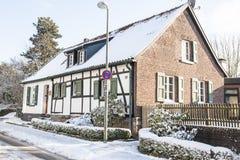 Hälfte-Bauholz Haus im Winter Stockfotos