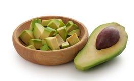 Hälfte der Avocado und der Avocadowürfel in der Schüssel Stockbilder