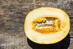 Hälfte der Melone auf rustikalem hölzernem Hintergrund Lizenzfreies Stockbild