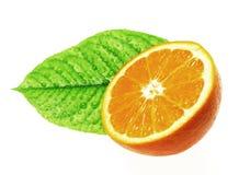 Hälfte der Orange und des Urlaubs mit den Tropfen Makro stockbilder