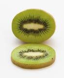 Hälfte der organischen Kiwi mit einer Scheibe stockbilder