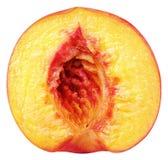 Hälfte der Pfirsichfrucht ohne die Nuss lokalisiert auf Weiß Stockfoto